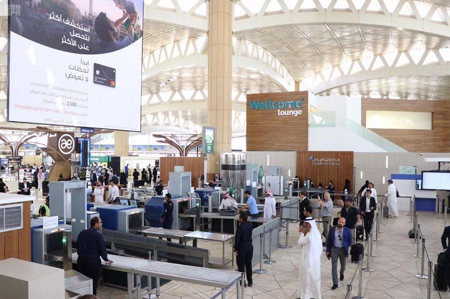 """"""" مطارات الرياض"""" تطور منطقة تفتيش المسافرين في الصالات الدولية بمطار الملك خالد الدولي"""