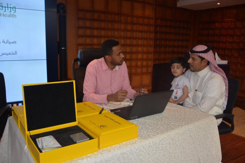 لجنة المسؤولية الاجتماعية بتبوك تنظم  ورشة صيانة وفحص  القوقعة الالكترونية