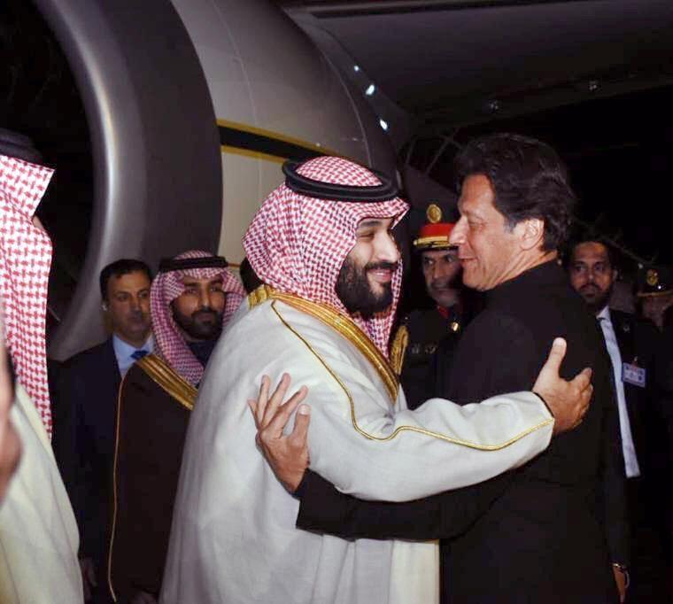 ولي العهد يصل باكستان ورئيس الوزراء في مقدمة مستقبليه