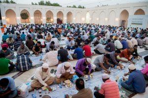 مساجد الرياض تتسابق في خيام افطار الصائمين كسبا للأجر في الشهر المبارك