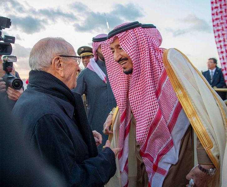 خادم الحرمين الشريفين يصل إلى تونس والرئيس السبسي في استقباله